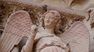 Ange au sourire de Reims, produits dérivés artisanaux made in France - Art'n Wood, créatrice de bijoux, sculptures, cadeaux d'art et objets souvenir personnalisés
