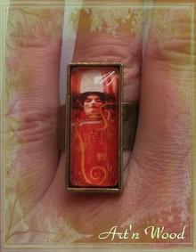 Bague Art Nouveau illustreé d`un extrait d`une peinture de Gustav Klimt consacrée à la médecine, Hygieia - création Art`n Wood, sculptrice, artisan d`art, créatrice de bijoux artisanaux personnalisés