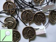 Médaillons artisanaux en bronze massif patinés de style médiéval réalisés sur-mesure pour une association de jeux de rôle. Bijou artisanal sur collier cuir noir - Art`n Wood, cadeaux souvenirs