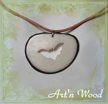 pendentif artisanal en ivoire végétal découpe silhouette chauve-souris, bijou écologique made in France Art`n Wood, bijoux scuptures, bijoux de la nature, tagua corozo, bois, nacre, corne, bronze, artisan d`art