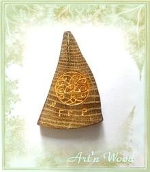bijou sur-mesure d`inspiration viking réalisé dans un morceau de coeur de chêne centenaire pour en conserver la mémoire et orné d`une gravure d`Yggdrasil, l`Arbre du Monde - Art`n Wood, créatrice