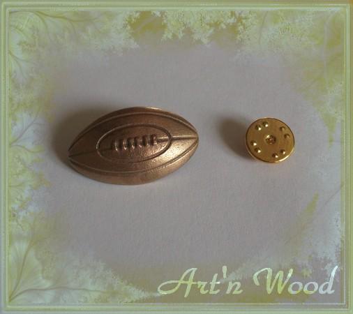 bijou pour lui, badge épinglette ballon de rugby en bronze doré personnalisable - Art`n Wood: cadeaux, bijoux artisanaux, sculptures