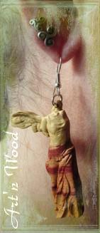 création d`un bijou sur demande: longues boucles d`oreille en bois de rose illustrant la Victoire de Samothrace, photo cliente - Art`n Wood, sculptrice, créatrice de bijoux artisanaux sur-mesure