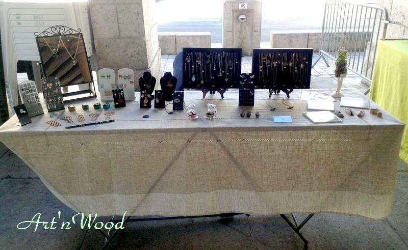 mes créations artisanales au marché du terroir de Bracieux, Loir-et-Cher. Art`n Wood, sculptrice, artisan d`art, créatrice de bijoux faits mains, sculptures, cadeaux en matières précieuses naturelles