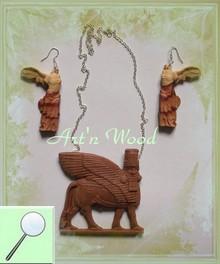 parure de bijoux artisanaux en bois sculpté composée d`une paire de longues boucles d`oreilles Victoire de Samothrace et d`un pendentif pectoral Taureau ailé de Sumer - Art`n Wood, créatrice de bijoux
