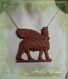 Pendentif artisanal, bijou pectoral Taureau Ailé sumérien sculpté en bois de cormier - Art`n Wood, sculptrice, artisan d`art, créatrice de bijoux sur-mesure, sculptures et cadeaux d`art personnalisés