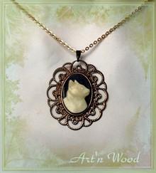 pendentif vintage camée chat noir et blanc, un bijou artisanal pour tous les amoureux des chats, Art`n Wood bijoux, sculptrice, artisan d`art, créatrice de bijoux faits main en matières naturelles
