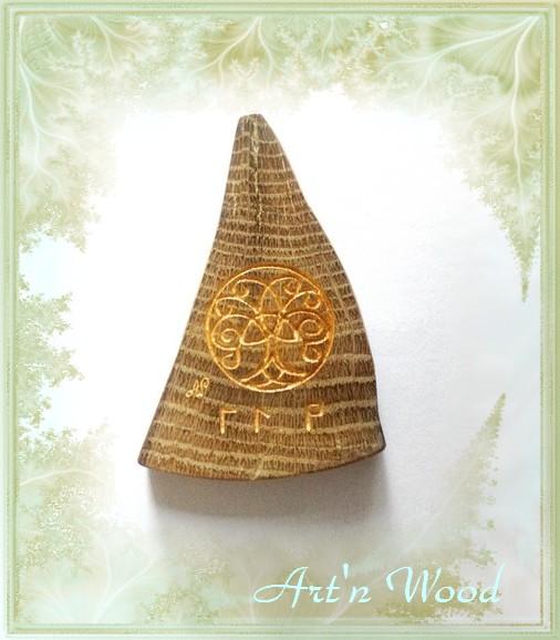 pendentif sur-mesure d`inspiration viking réalisé dans un morceau de coeur de chêne centenaire pour en conserver la mémoire et orné d`une gravure d`Yggdrasil, l`Arbre du Monde - Art`n Wood, créatrice