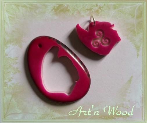 création sur-mesure d`un bijou personnalisé en ivoire végétal: pendentif en tagua fuschia découpé et gravé d`un triskell - Art`n Wood, créatrice de bijou-sculpture et cadeau d`art