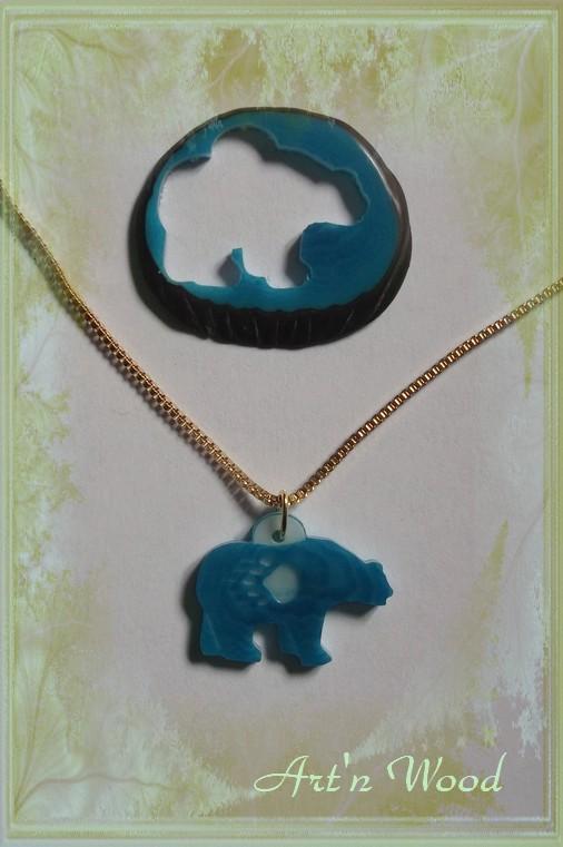 création sur-mesure, un bijou unique représentant une silhouette d`ours en corozo avec patte gravée sur le fond bleu - Art`n Wood, créatrice de bijoux artisanaux en matières précieuses naturelles