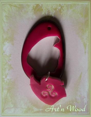 création sur-mesure d`un bijou personnalisé en ivoire végétal: pendentif en tagua fuschia découpé et gravé d`un triskell - Art`n Wood, créatrice de cadeaux artisanaux uniques