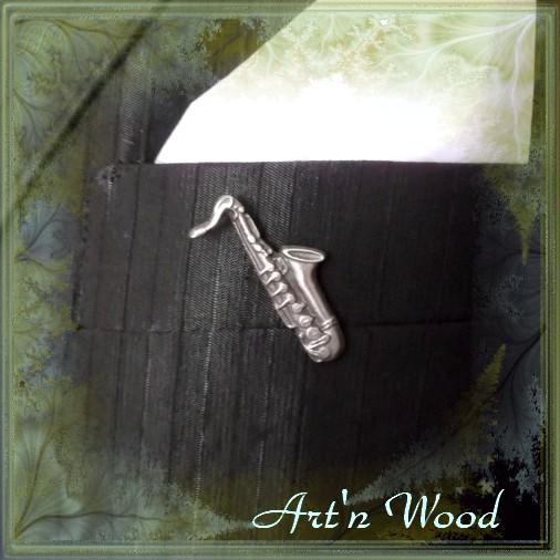 Pin`s saxophone fait en France en bronze blanc massif, un bijou personnalisé pour musicien et amateur de Jazz! Une créationArt`n Wood, sculptrice, artisan d`art, bijoux et cadeaux