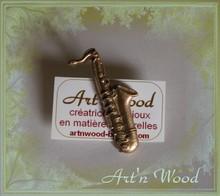 épinglette saxophone en bronze doré massif, bijou artisanal de fabrication française, création sur-mesure et personnalisée - Art`n Wood, créatrice de bijoux en matières précieuses naturelles
